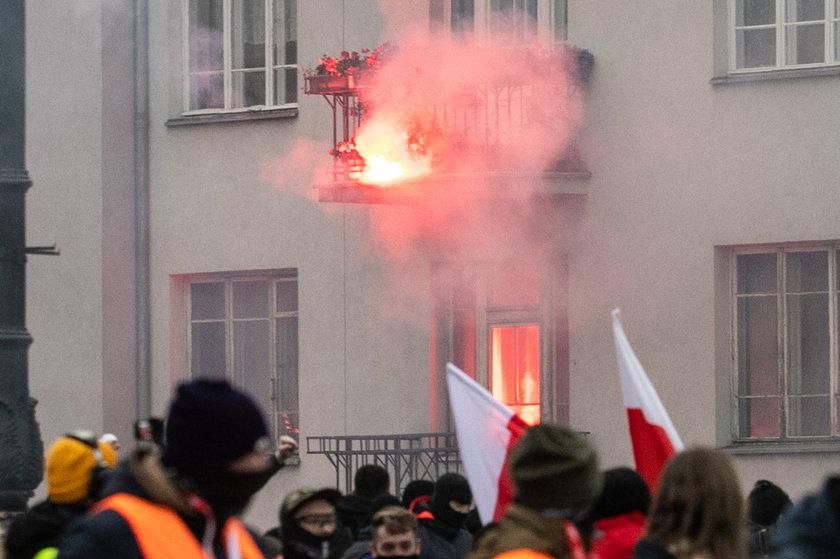 Rzucił racą w tęczową flagę i podpalił mieszkanie. Akt oskarżenia