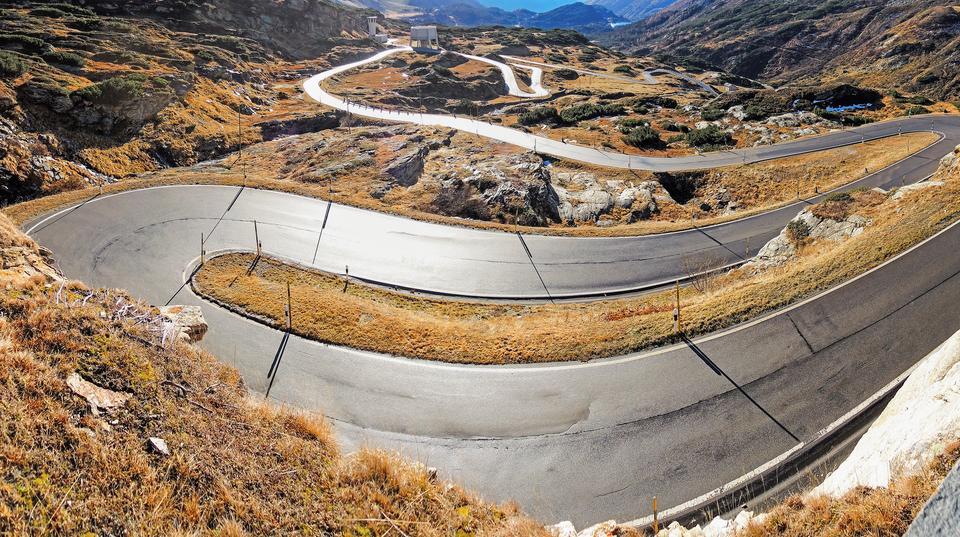 Droga San Bernardino Pass jest wysokogórską drogą położoną w Alpach Szwajcarskich. Droga oferuje kierowcom wiele niespodziewanych widoków, ciasnych i wąskich albo bardzo szerokich zakrętów na drogach. Kierowcy będą mijać też małe urocze wioski i podziwiać majestatyczne alpejskie widoki.