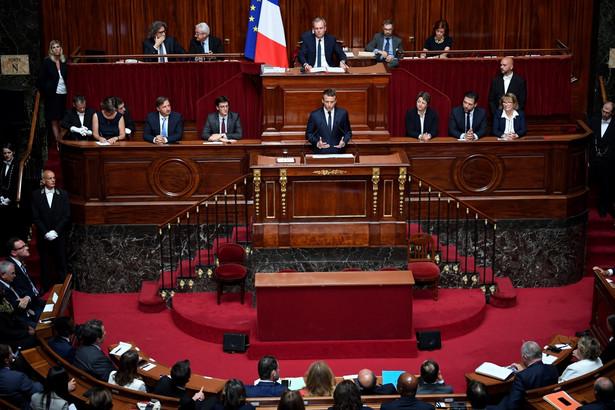 Prezydent Francji Emmanuel Macron zwołał w pałacu w Wersalu sesję Kongresu.