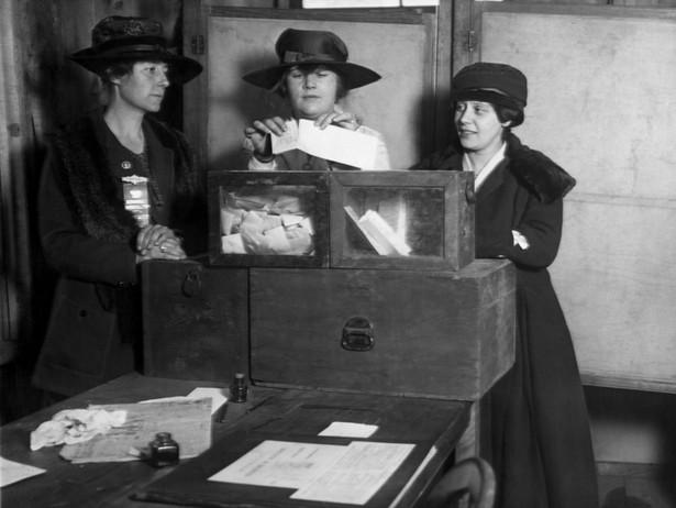 Sufrażystki podczas głosowania