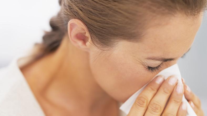 Nie czekaj, aż choroba położy cię do łóżka, zadbaj o siebie natychmiast, kiedy tylko czujesz osłabienie i drapanie w gardle. Odpocznij i wyśpij się, zadbaj, aby było ci ciepło. Wykorzystaj naturalnych sprzymierzeńców walki z przeziębieniem – czosnek, imbir, cytrynę, sok z malin. Jeżeli czujesz suchość w gardle, weź tabletki, które nawilżą gardło i wspomogą tym samym naturalne mechanizmy obronne. Warto też mieć w pogotowiu sprej do nosa, z wodą morską, hipromelozą, dekspantenolem i olejkami eterycznymi, który silnie nawilży nos i pomoże prawidłowo działać śluzówce. Kiedy czujesz suchość w nosie i masz wrażenie zbliżającego się kataru, użyj od razu spreju nawilżającego - koniecznie zwróć uwagę, aby nie zawierał składników obkurczających błonę śluzową nosa, które działają wysuszająco.