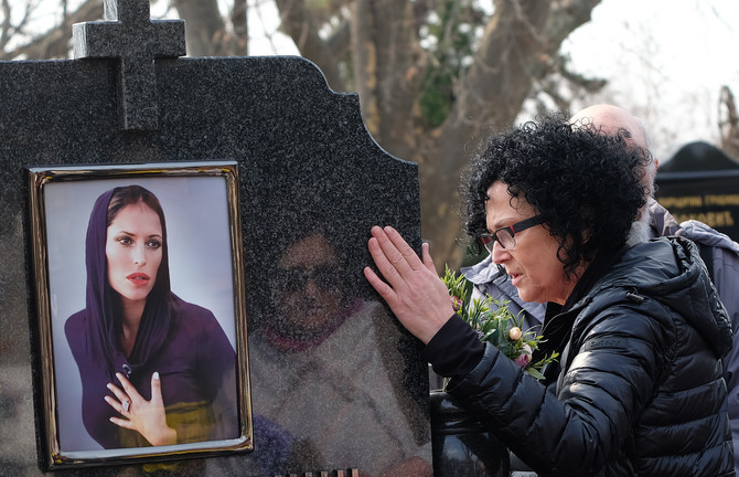 Majka Ljubica pored groba ćerke Ksenije Pajčin