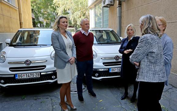 Vozila namenjena centrima u Novom Beogradu i Zemunu: Goran Vesić i Nataša Stanisavljević sa predstavnicima Centra