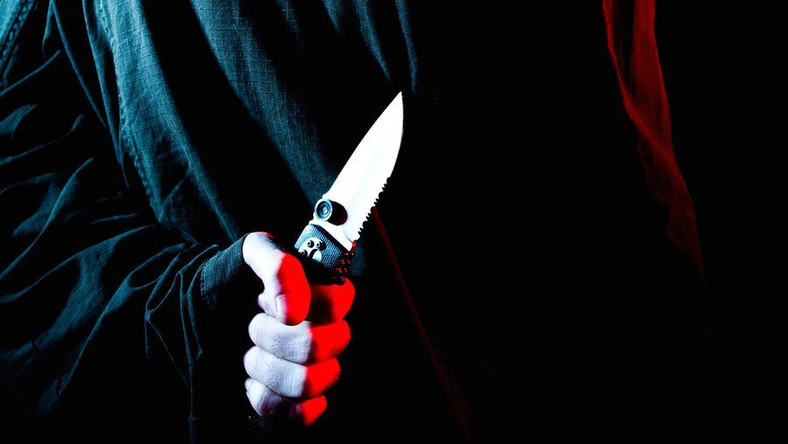 Bandyta groził swoim ofiarom, m.in. przystawiając im nóż do ciała