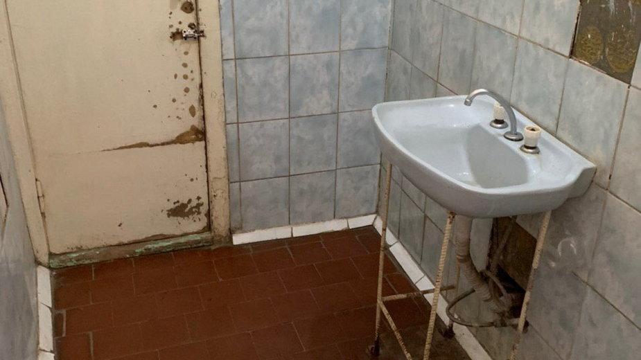 Zdjęcie łazienki szpitala w Omsku, gdzie przebywa Nawalny