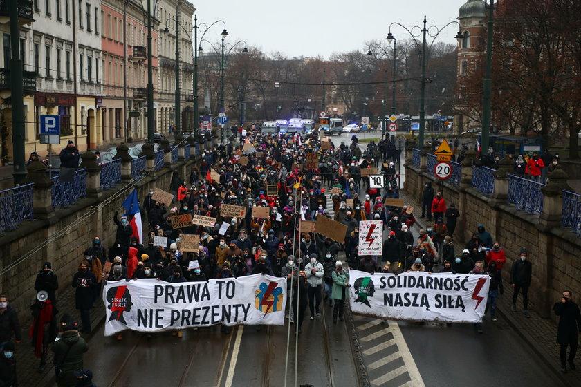Niepokojące obrazki w Warszawie. Policja rzuciła do ochrony Kaczyńskiego potężne siłNiepokojące obrazki w Warszawie. Policja rzuciła do ochrony Kaczyńskiego potężne sił
