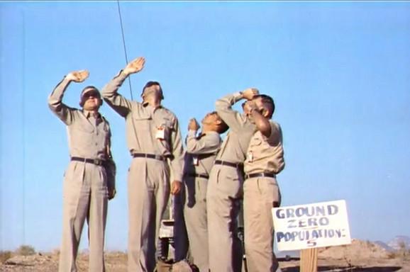 Petorica dobrovoljaca ispod mesta eksplozije. Kamerman se ne vidi jer je iza objektiva. Obratite pažnju na tablu sa šaljivim natpisom: