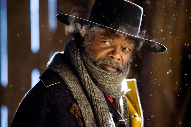 """""""Nienawistna ósemka"""", reż. Quentin Tarantino [Kandydat do Oscara w 3 kategoriach w tym za najlepsze zdjęcia] Akcja filmu """"The Hateful Eight"""" rozgrywa się w zimowej scenerii stanu Wyoming, """"sześć albo osiem albo dwanaście"""" lat po zakończeniu wojny secesyjnej. Bohaterami są łowca głów John Ruth (Kurt Russell) oraz jego więzień - Daisy Domergue (Jennifer Jason Leigh), kobieta, która ma zostać wkrótce powieszona. Po drodze para spotka majora Marquisa Warrena (Samuel L. Jackson) i renegata z Południa Chrisa Mannixa (Walton Goggins), który uzurpuje sobie stanowisko szeryfa, a także pewnego żołnierza, który teraz też zaczął zajmować się ściganiem wyjętych spod prawa. Polska premiera: 15 stycznia 2016 [opis dystrybutora]"""