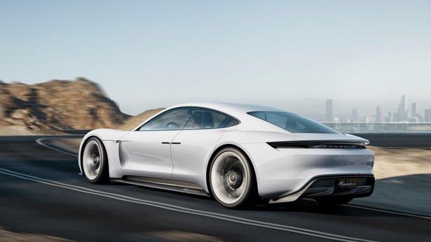 Pojazd rozpędza się do 100 km/h w zaledwie 3,5 sekundy. To nieco wolniej niż w przypadku Tesli Model S. Swoją prawdziwą moc koncepcyjny samochód Porsche pokazuje jednak przy 200 km/h, do których rozpędza się w zaledwie 12 sekund.