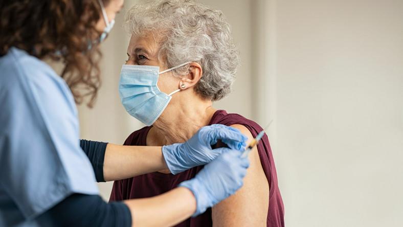 Szczepienie starszej kobiety