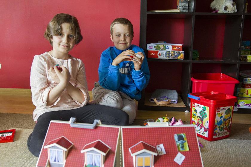 7-letnia Polina i 10-letni Ilja - młodsze rodzeństwo Andrieja