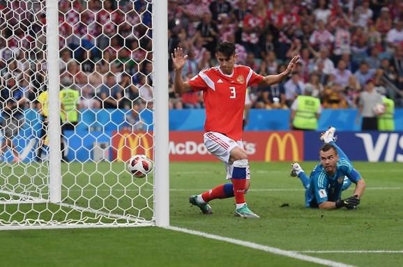 Trenutak nakon što je Perišić pogodio stativu pored nemoćne ruske odbrane - koja je imala mnogo sreće