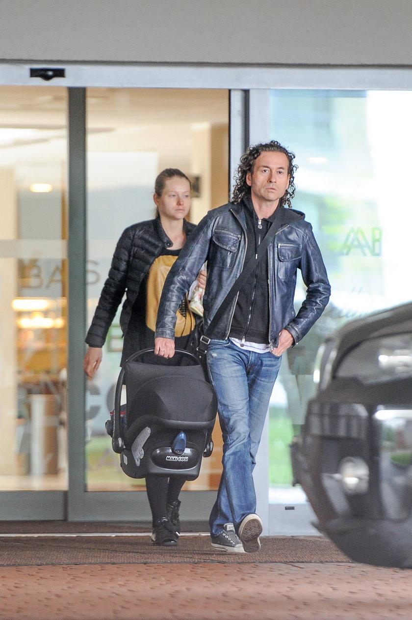 Piotr i Agata Rubik wychodzą ze szpitala z dzieckiem