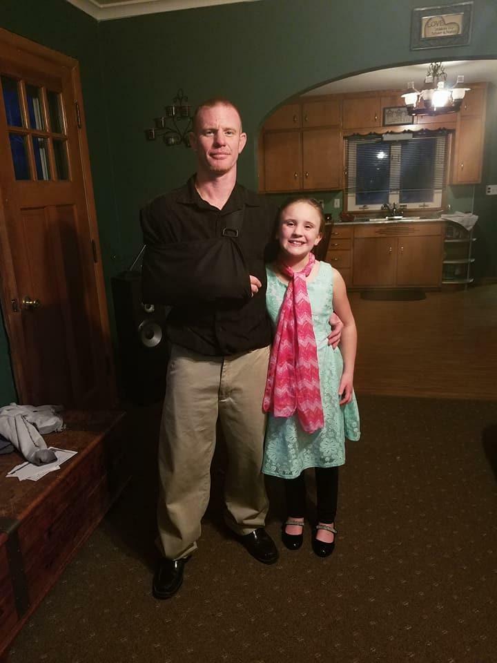 Kazał 10-letniej córce iść 8 km do szkoły. Sam jechał za nią samochodem i wszystko nagrywał