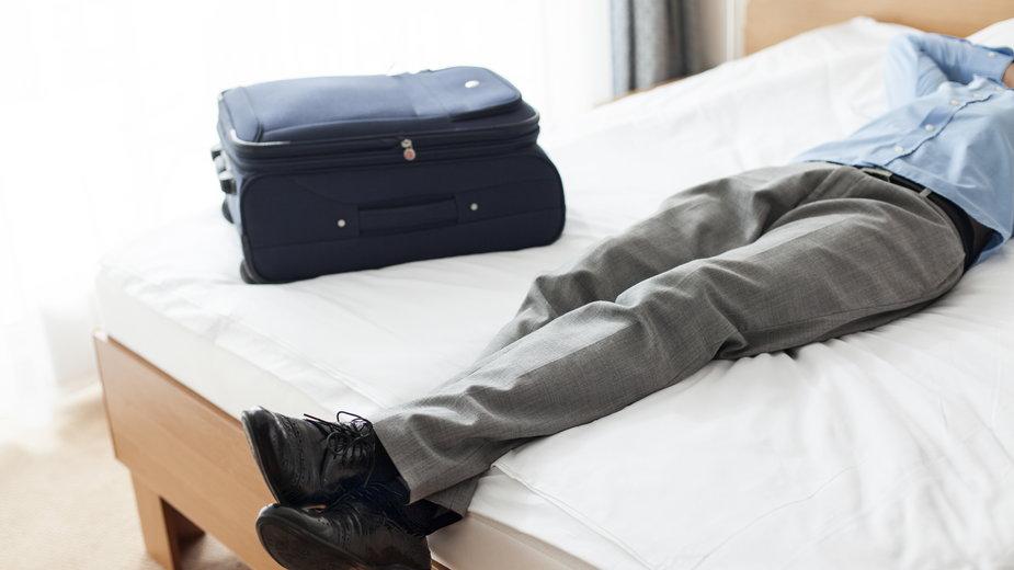 Walizka na hotelowym łóżku