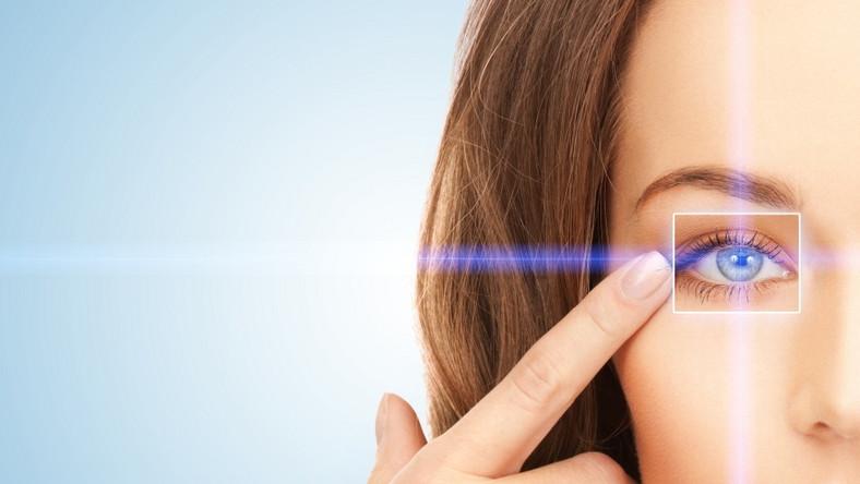 To najczęstszy problem, z którym zmagają się czasami nawet bardzo młode osoby. Najpierw są to zmarszczki dynamiczne, czyli takie, które widać, gdy mięśnie mimiczne kurczą się. Z czasem przechodzą one w zmarszczki statyczne, czyli takie, które widać nawet wtedy, gdy mamy całkowicie rozluźnioną twarz. Najwięcej jest ich między brwiami (tak zwane zmarszczki lwie), w zewnętrznych kącikach oczu (tak zwane kurze łapki) i na dolnej powiece. Proponowane zabiegi: toksyna botulinowa, mezoterapia igłowa, mezoterapia osoczem bogatopłytkowym, dermarollery medyczne, peelingi medyczne, kwas hialuronowy.