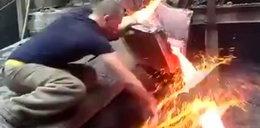 Hutnik wkłada rękę do roztopionego metalu. Wideo mrozi krew w żyłach