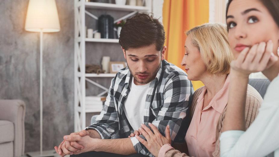 Syn zbyt mocno związany z matką to duży problem w małżeństwie