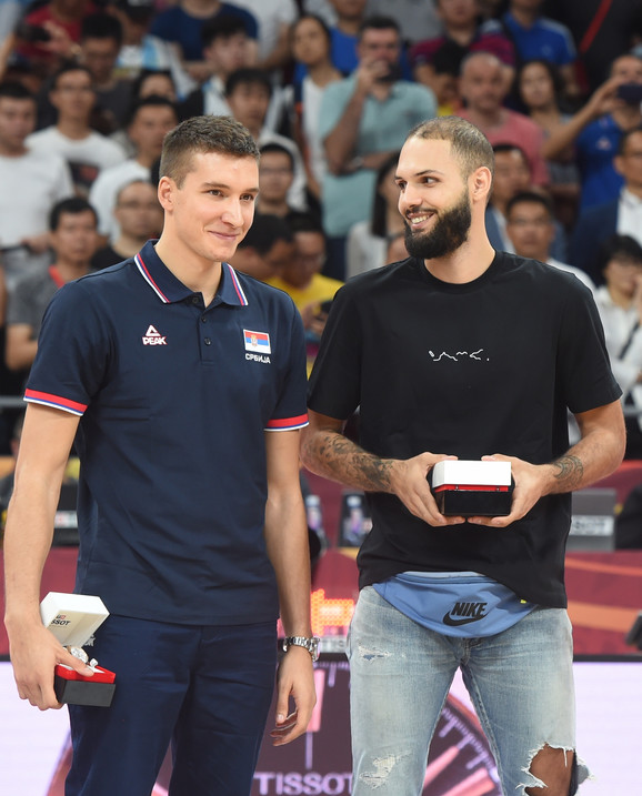 Bogdan Bogdanović i Evan Furnije na dodeli nagrada za najbolje igrače na Mundobasketu u Kini
