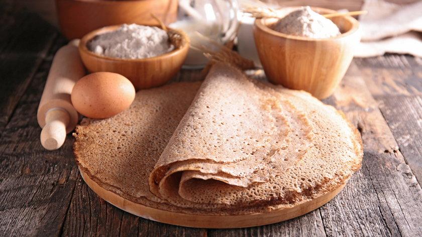 Naleśniki gryczane to pomysł rodem z Francji. Tradycyjnie podawane są z sadzonym jajkiem i serem.
