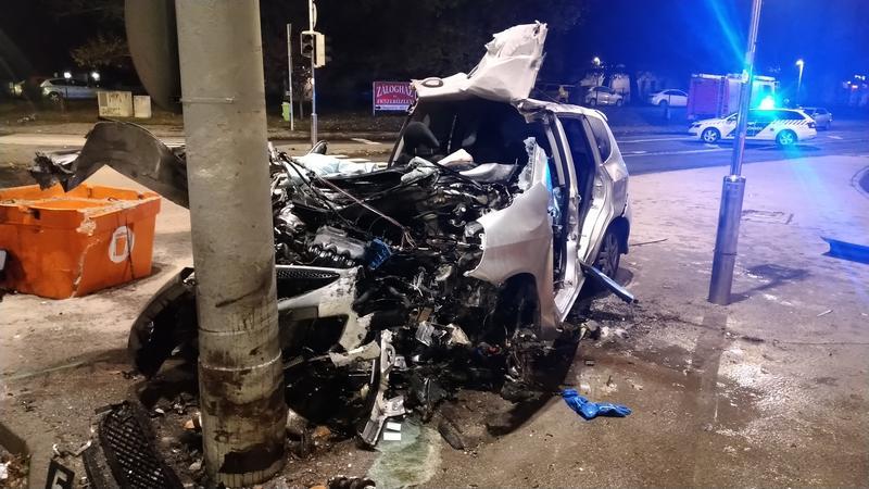 A felismerhetetlenségig összeroncsolódott az autó: halálos baleset történt Újpesten hajnalban – Sokkoló helyszíni fotók