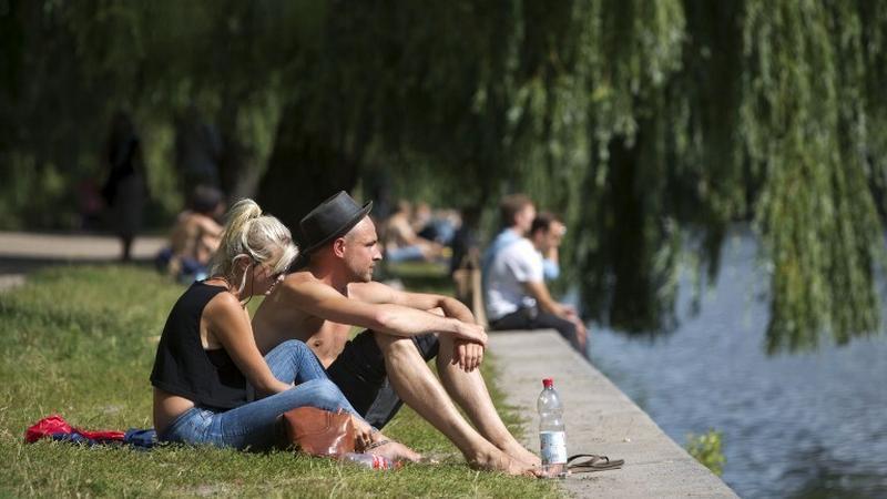Mieszkańcy wypoczywają nad kanałem Landwehr