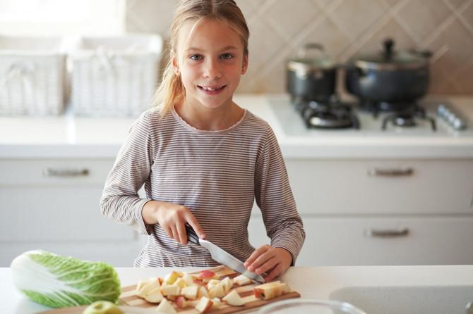 Starije dete može da pomogne oko pripreme voća i povrća, pranja posuđa ili kuvanja večere