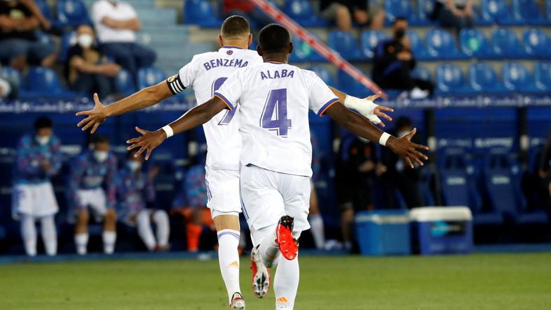Gracze Realu Madryt Karim Benzema (L) i David Alaba (P) celebrujący bramkę tego pierwszego w meczu przeciwko Deportivo Alaves