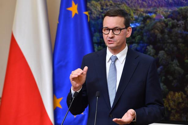 Premier Mateusz Morawiecki podczas konferencji prasowej w Brukseli