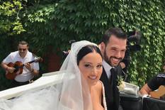 PRVE FOTOGRAFIJE MLADENACA Pogledajte kako izgleda Aleksandra u prelepoj venčanici, u kočijama krenuli ka crkvi (VIDEO)