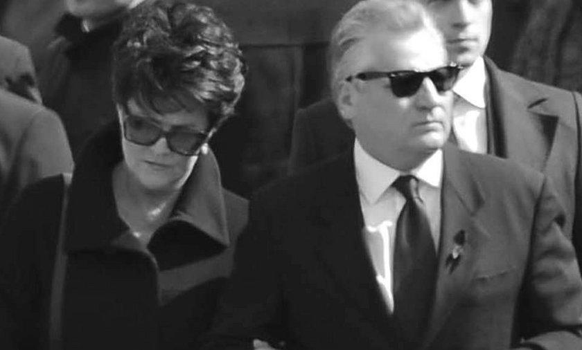 Kwaśniewski ukrył oczy za okularami