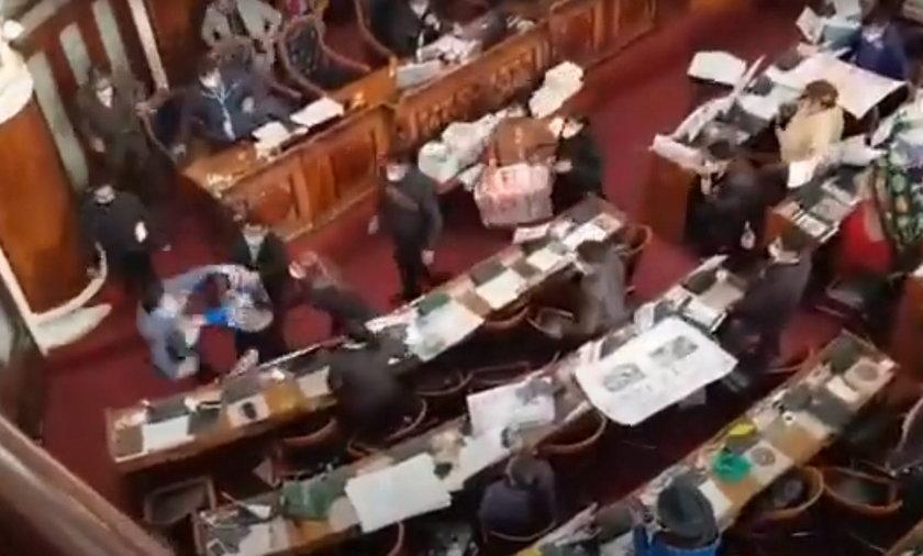 Bójka w parlamencie. Posłom i puściły nerwy. FILM