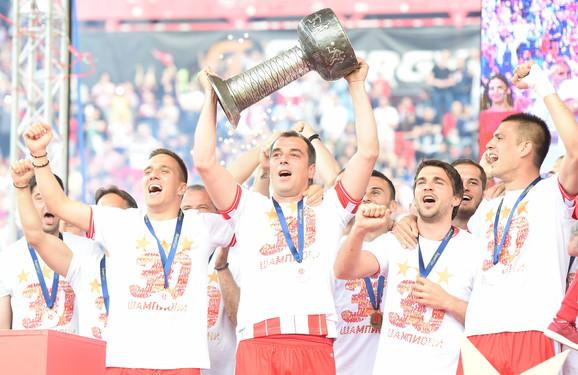 Kapiten Nenad Milijaš je podigao pehar i oprostio se od aktivnog igranja fudbala