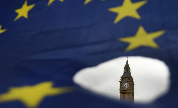 Niespełna tydzień po oficjalnym uruchomieniu przez rząd procedury wyjścia kraju z UE parlamentarna komisja złożona z posłów rządzącej Partii Konserwatywnej i innych ugrupowań zaapelowała do May, by opublikowała także plan awaryjny na wypadek, gdyby w toku dwuletnich negocjacji rzeczywiście nie udało się wypracować porozumienia.