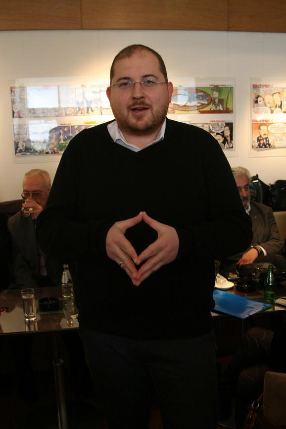 Vučićeva poza: Marko Somborac imitira jednog od svojih junaka u stripu