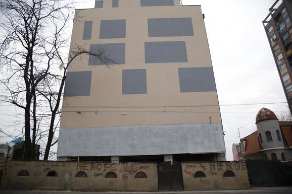 Zgrada bez prozora ka ulici