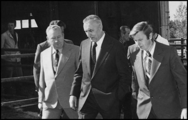 Edward Gierek (w środku) podczas wizyty w PGR w Rząśniku