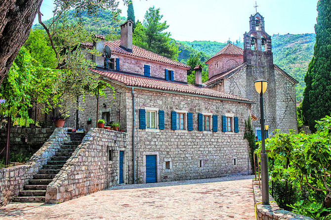 Manastir Praskvica ime je dobio po obližnjem izvoru koji miriše na breskve (praskve)