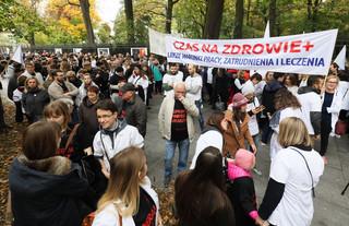 Na ulicach polskich miast zaroiło się od białych kitli. 'Jesteśmy z wami!'