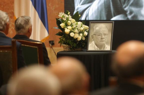 (UŽIVO) KOMEMORACIJA DUDI IVKOVIĆU Željko Obradović emotivan kao nikada, okrenuo se ka slici na monitoru i kroz suze poručio: Kume, ovde si!