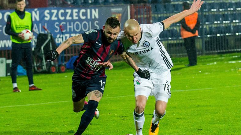 Piłkarz Pogoni Szczecin Spas Delew (L) i Adam Hlousek (P) z Legii Warszawa
