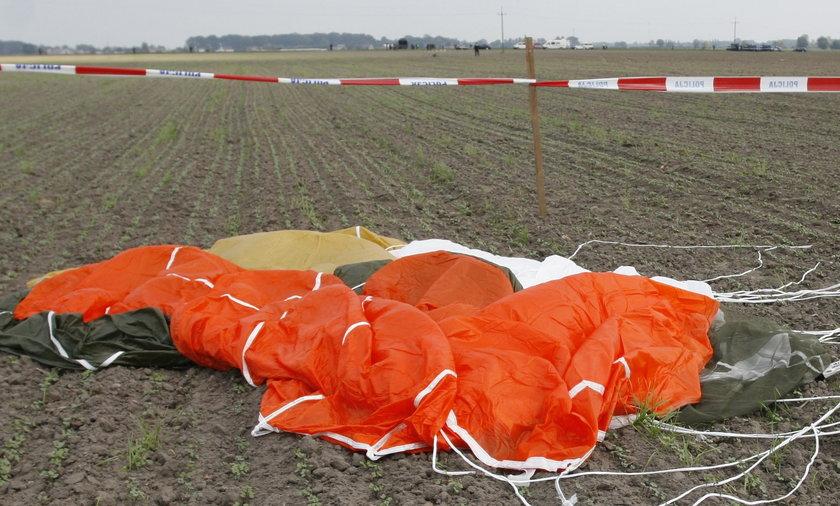 Spadochroniarz zderzył się z samolotem