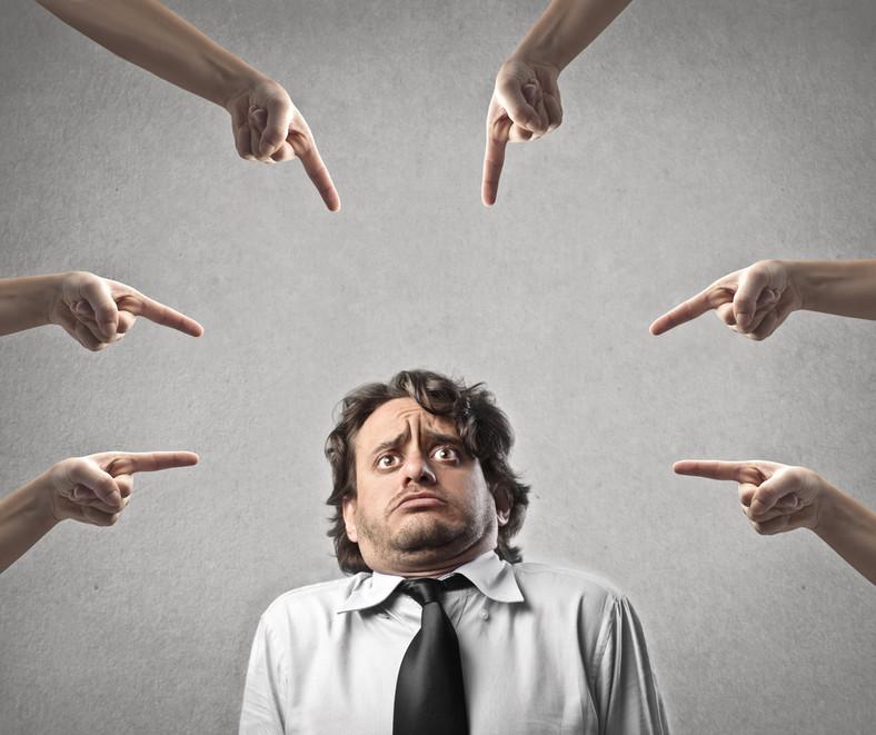 """3. Złe traktowanie<br><br>Jak pokazują badania ponad połowa pracowników, którzy decydują się opuścić dotychczasowe miejsce pracy, robi to ze względu na szefów. Nowoczesne firmy powinny szkolić menedżerów, by umieli łączyć osiąganie zawodowych celów z byciem """"dobrym człowiekiem"""". Jak przekonuje Michael Kibler nie da się pracować co najmniej 8 godzin dziennie i być wydajnym, oddanym pracownikiem, mając nad sobą pozbawionego empatii szefa."""