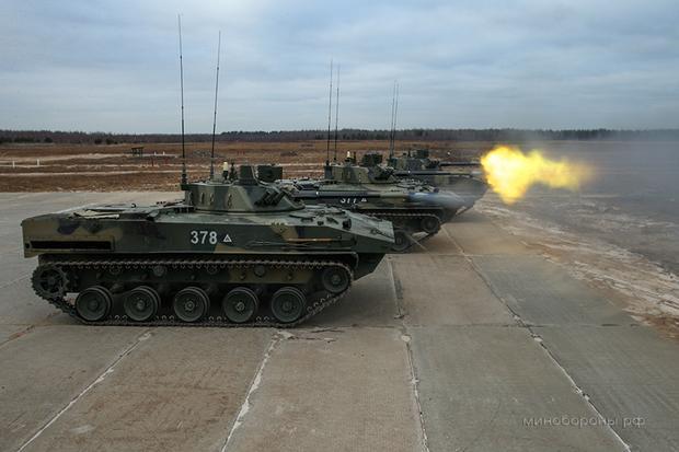 Gąsienicowy transporter BMD-4M to nowa wersja wozu BMD-3. Różni się od niego między innymi dodatkową armatą kaliber 100 mm