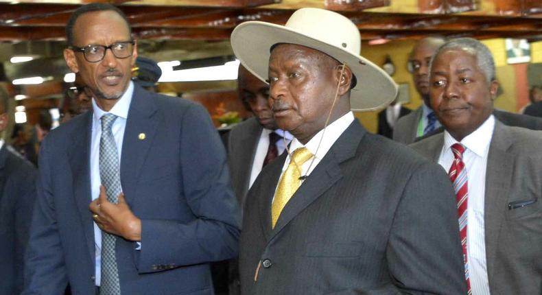 Rwandan President Paul Kagame (L) and Ugandan President Yoweri Museveni