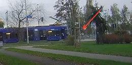 Dziewczyna na rolkach wjechała prosto pod tramwaj. Przerażający film!