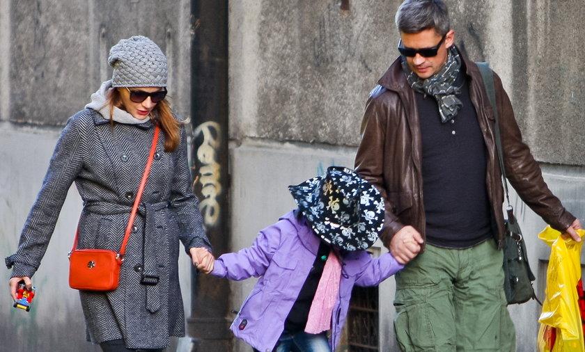 Anna Dereszowska i Piotr Grabowski z córką na spacerze