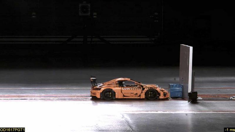 Egzemplarz Porsche 911 GT3 RS złożony z ponad 2700 klocków rozbito w teście ADAC