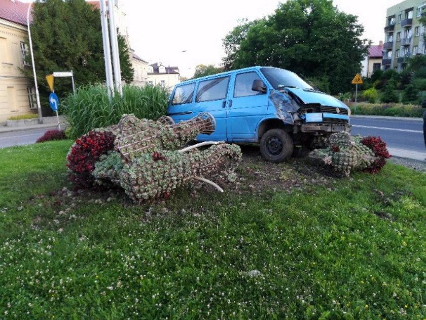 W Przeworsku bus zniszczył zielone słonie, które były ozdobą i wizytówką miasta