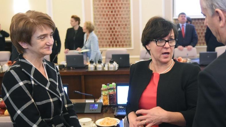 Stylizację minister Rostkowskiej można by uznać za udaną, gdyby zmieniła kolor sukienki. Czerwień w środku dnia i to na kobiecie pełniącej tak ważne funkcje, kłoci się nieco z dress code'em.